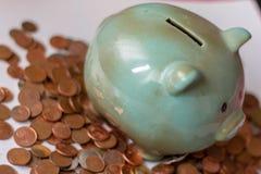 Geld, Geld oder Cents bis zu den großen Hauptstädten Geld lässt das Geschäft laufen ein Sparschwein, mit kleinen Münzen wie es wa stockbild