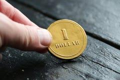 Geld oder Geschäftsidee, eine DollarGoldmünze stockfotos