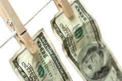 Geld op drooglijn Stock Foto's