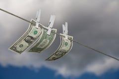 Geld op een drooglijn Stock Fotografie