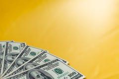 Geld op een gouden achtergrond stock foto