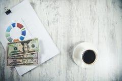 Geld op grafiek royalty-vrije stock afbeelding