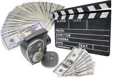 Geld, oude filmcamera en clapperboard op whit stock afbeelding