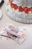 Geld over een huwelijkspastei op een lijst Royalty-vrije Stock Foto