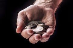 Geld prägt in der Hand Stockbild
