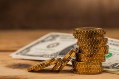 Geld prägt Stapel auf Tabelle stockfotos