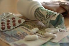 Geld Russische roebels en medicijnentabletten Royalty-vrije Stock Fotografie