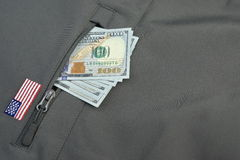 Geld-Stapel fest aus militärischer kakifarbiger Mantel-Tasche heraus lizenzfreie stockfotos