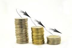 Geld, Stapel Münzen auf weißem Hintergrund Hände, die Stapel der Münzen schützen Bankrott Stockbild