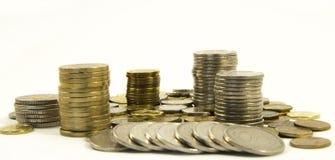 Geld Stapel muntstukken op witte achtergrond Het geldconcept van de besparing Groeiende zaken Vertrouwen in de toekomst stock afbeeldingen