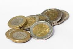 Geld - stapel van euro muntstukken op witte achtergrond Stock Afbeelding