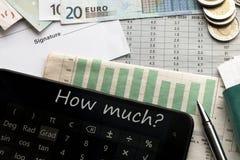 Geld, Taschenrechner und Dokument mit Platz für Unterzeichnung lizenzfreie stockbilder