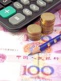 Geld, Taschenrechner und ein Bleistift Lizenzfreie Stockfotografie