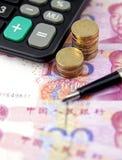 Geld, Taschenrechner und ein Stift Stockfoto