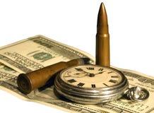 Geld, Taschenuhr und Gewehrkugeln Stockbilder