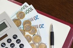 Geld am Tisch lizenzfreie stockfotografie