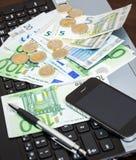 Geld am Tisch lizenzfreie stockfotos