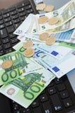 Geld am Tisch stockfotos