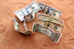 Geld tussen Zand Stock Fotografie