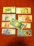 Geld um die Welt Lizenzfreies Stockbild