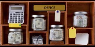 Geld und Alarmuhr getrennt auf weißem Hintergrund Stockfotografie