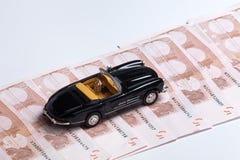 Geld und Auto Lizenzfreie Stockbilder