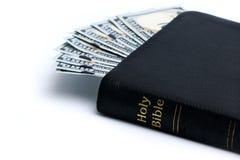 Geld und Bibel lizenzfreie stockfotos