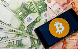 Geld und bitcon in einem Umschlag lizenzfreies stockfoto