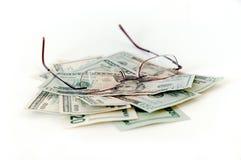 Geld und Brillen stockbilder