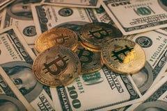 Geld- und Dollarhintergrund goldener Münze Bitcoin neuer virtueller Cryptocurrency Geschäft und Handelskonzept Lizenzfreies Stockbild