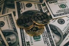 Geld- und Dollarhintergrund goldener Münze Bitcoin neuer virtueller Cryptocurrency Geschäft und Handelskonzept Stockfoto