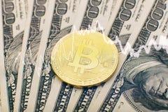 Geld- und Dollarhintergrund goldener Münze Bitcoin neuer virtueller Cryptocurrency Geschäft und Handelskonzept Lizenzfreie Stockfotos