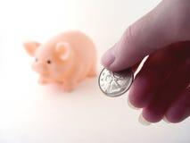 Geld und eine Piggy Querneigung Stockfotos