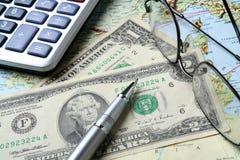 Geld und geographische Karte lizenzfreie stockbilder