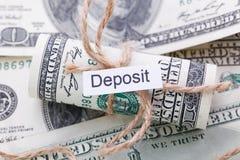 Geld und Geschäftsidee, die Dollarscheine gebunden mit einem Seil, mit einem Zeichen - Ablagerung lizenzfreie stockbilder