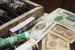 Geld und hölzerner Abakus Stockbilder