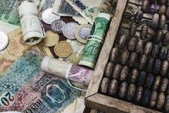 Geld und hölzerner Abakus Stockfotografie