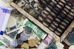 Geld und hölzerner Abakus Lizenzfreies Stockbild