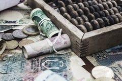 Geld und hölzerner Abakus Stockbild