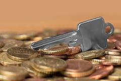 Geld-und Haus-Schlüssel Stockbilder
