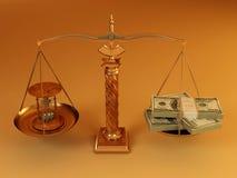 Geld und Hourglass auf Skala Lizenzfreies Stockbild