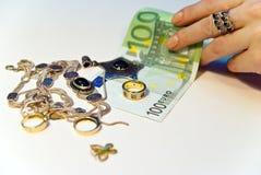 Geld und Juwelen lizenzfreie stockbilder