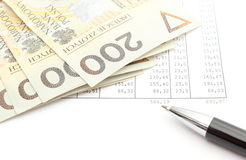 Geld und Kugelschreiber, die auf Tabelle liegen Stockfotografie