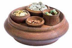 Geld und Münzen in der hölzernen Kunst des Behälters in Thailand Lizenzfreies Stockfoto