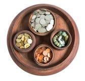 Geld und Münzen in der hölzernen Kunst des Behälters in Thailand Stockfotografie