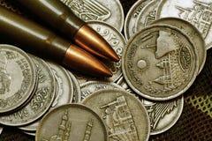 Geld und Munition Stockfotografie
