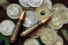 Geld und Munition Stockfoto