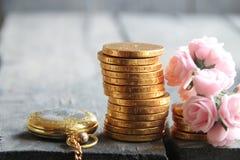 Geld und Prozentsatzsymbol in den Händen Stapel der goldenen Münzen Stockfotografie