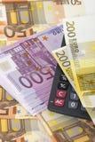 Geld und Rechner lizenzfreie stockfotos