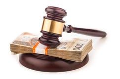 Geld- und Richterhammer lokalisiert auf Weiß Stockfoto